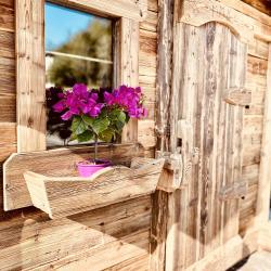 Fenêtre fixe avec une jardinière vieux bois
